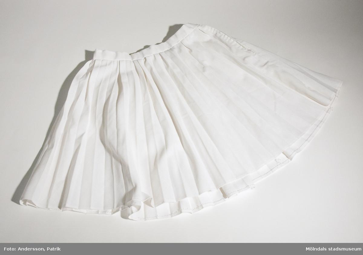 Vit plisserad kjol för barn.