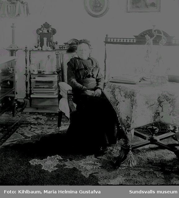 Porträtt. Kvinna i rumsmiljö.
