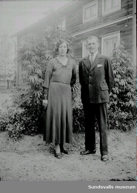 Porträtt. Man och kvinna framför bostadshus.