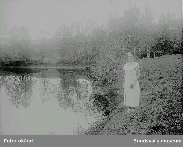 Ester Näslund vid en sjö (Kvarndammen?) i Ljustorp.
