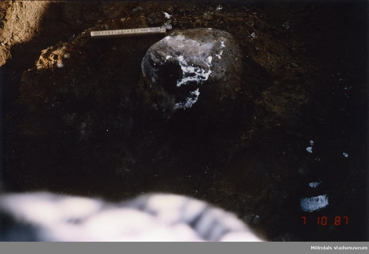 Arkeologisk utgrävning i Balltorp innan industribyggen. Utförd av arkeolog Bengt Nordkvist 1987.