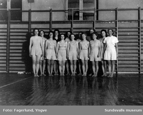 Kvinnlig gymnastikgrupp i gymnastiksal i Vapelnäs, Njurunda. T h ledaren Carla Magnuson.