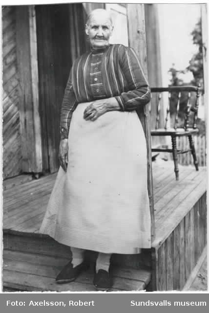 """Josefina Hultman-Moberg  f. 1839 i Alnö och död 1931 i Sundsvall. Ägare till slakterirörelse som hon övertog efter sin far slaktaren och tillika stadvakten Georg Ulrik Hultman-Moberg f. 1775 i Sundsvall och död 1857. Han kallades även """"Gris-Moberg"""" i folkmun eftersom han utöver att kontrollera eldningsförbudet även skulle tillse att grisar, getter och kor inte skulle springa lösa på stadens gator. Slakteriet låg ursprungligen på Trädgårdsgatan men flyttades efter branden 1888 till Södermalmsgatan 2."""