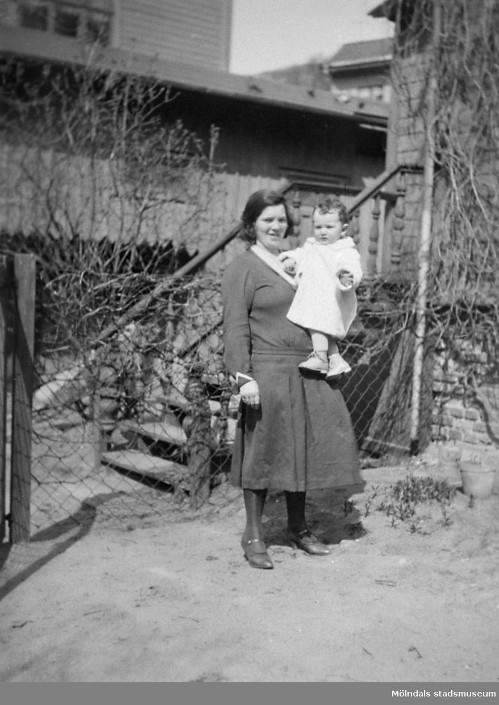 Tyra Engman och sonen Ingmar Engman, t v Kvarnbygatan 23 (Eneborg). Fotot togs i början av 1930-talet.