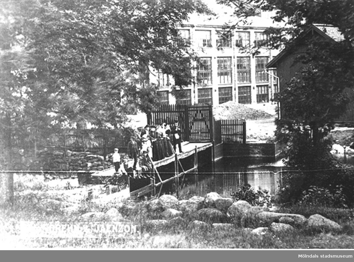 Anderstorps fabriker i Lindome före 1917. Gamla spinneriet (bomulls-). Revs 1917. Kanalen leds från Lindomeån. Man använde vattenkraft och ånga för fabrikens drift.
