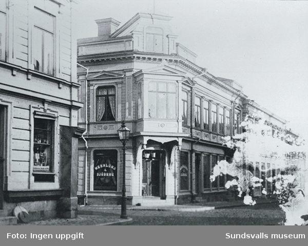 Sundsvalls stadskärna före stadsbranden 1888. Bilden visar Wernlund & Sjöbergs järnhandel (senare än 1882, belagd på platsen 1886) i kvarteret Minerva, Storgatan 12.