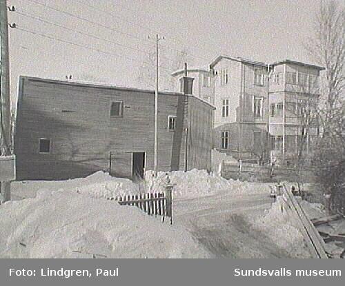 Albäcksgatan i förgrunden, bostadshuset har adressen Bergsgatan 39.