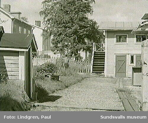 Pilgränd 8. Fotografiet visar en typisk uthusbyggnad med s.k. svalgång eller torkveranda. Uppgången är dock placerad utanpå den ena gaveln där en trappa apterats.