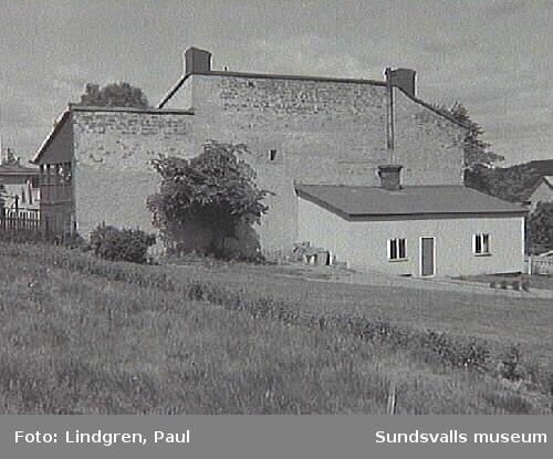 """Bleckslagaregatan 1. Byggnaden uppfördes 1910 och kallades tidigare för """"Hallinska villan"""". Fastigheten köptes 1913 av Svenska Frälsningsarmén som där inrättade ett barnhem kallat """"Morgonsol"""". Barn upp till 15 år (c.a 20 st som mest) vårdades ipå barnhemmet."""