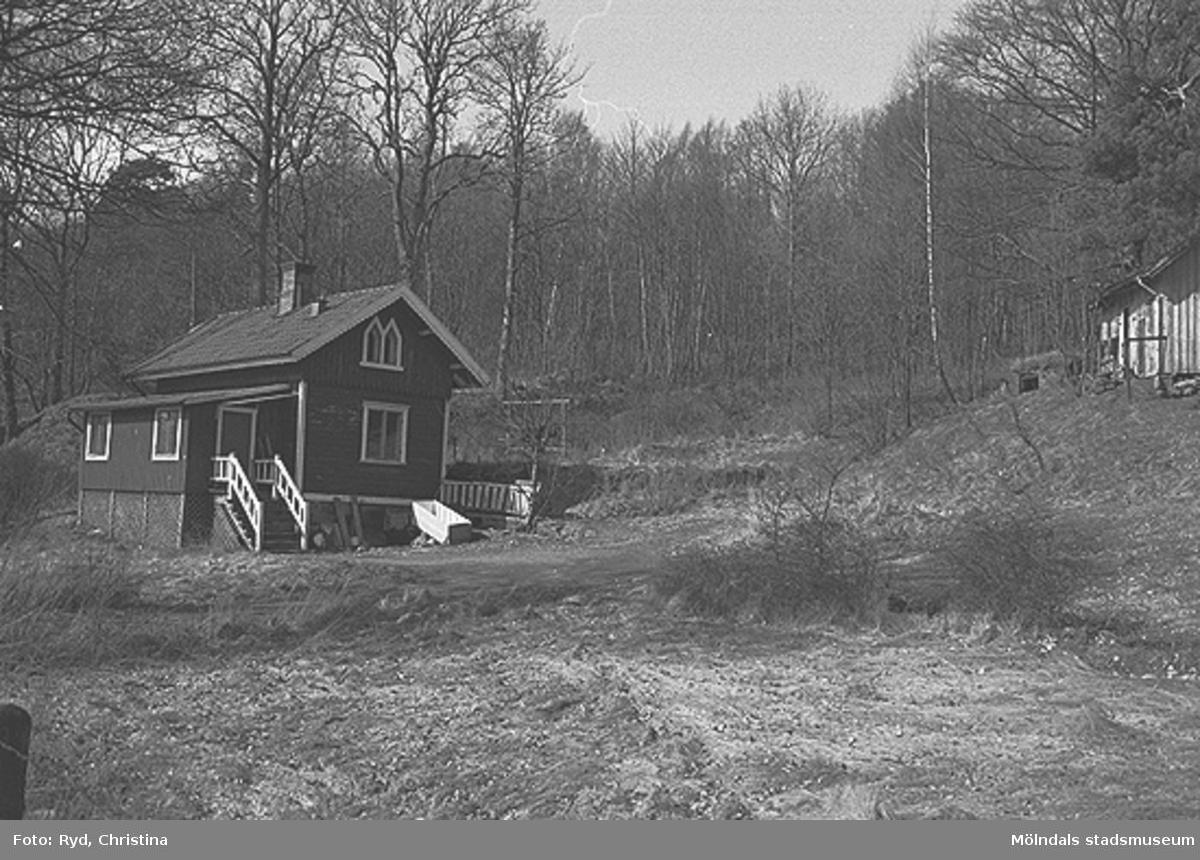 """""""Gröne backe"""" på Rådavägen 7, Sjövalla 1:1, Stensjön. Denna bruna träpanelsvilla låg vackert belägen intill Rådavägen i den gröna backen norr om Stensjön. Villan revs 1991. Bilden är tagen 1991."""