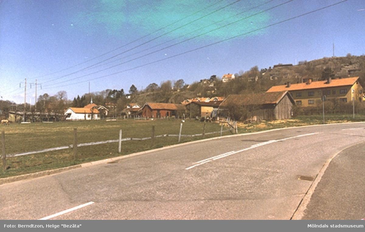 Vy över Forsåker. Till höger syns Kalle Bernhards lada. Bakom ligger pensionärshemmet. Till vänster syns metodistkyrkans torn.