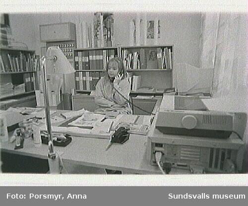 Dokumentationsfotografering av biblioteksfilialen i Stöde. Personal: bibliotekarie Carin Engwall, biblioteksassistent Ann-Britt Sahlin.