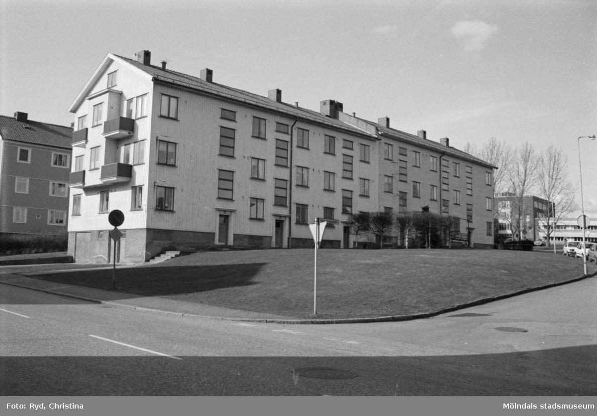 Vy från Krokslätts Parkgata, 1992. Kvarteret Illern; vänster huskropp: Krokslätts Parkgata 44 A-C samt höger huskropp: Bäckeforsgatan 25 A-C. Sörgårdsskolan skymtar i bakgrunden till höger.