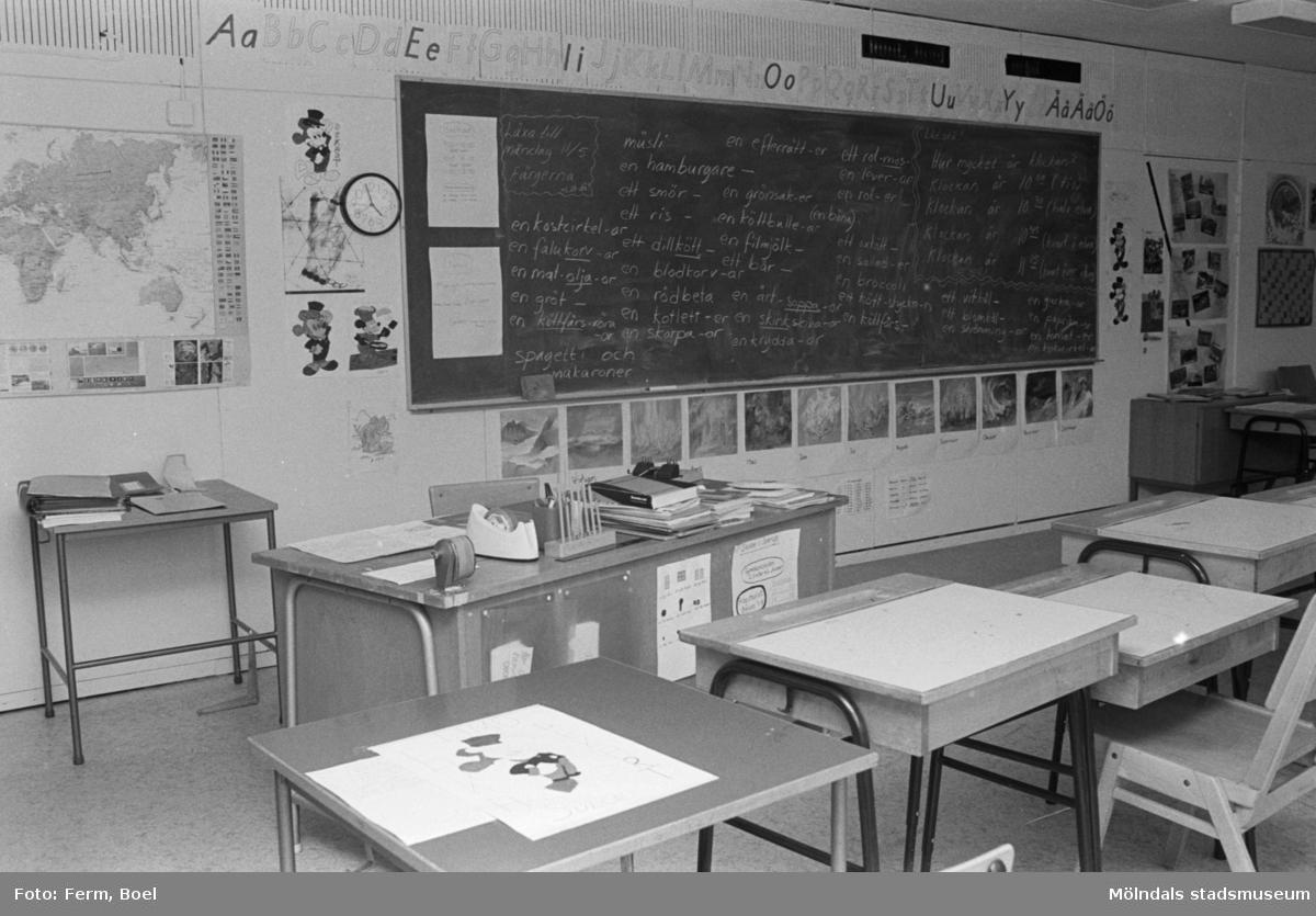 Ett klassrum med bänkar och svarta tavla. Dokumentation av Sagåsens flyktingförläggning, 1992.
