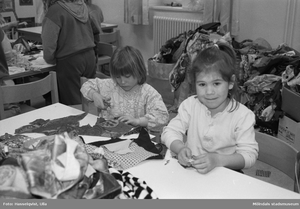 """Lappverkstad i samband med den tillfälliga utställningen """"Lapptäcken - en kulturskatt"""" som visades 1 feb - 29 mars 1992 på Mölndals Museum."""