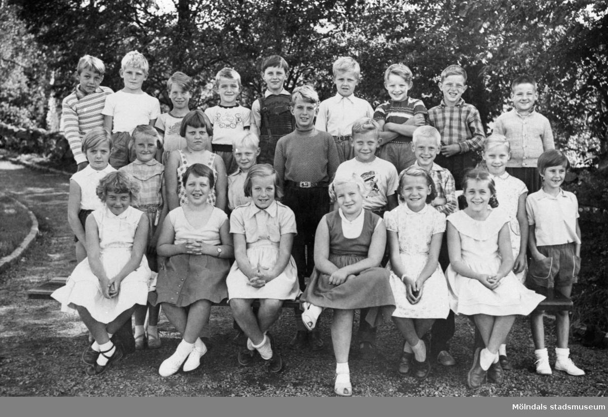 Skolklass fotograferad ute i det gröna 1955-1956. Centralskolan (nuv. Kyrkskolan).