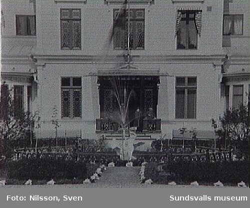 """Fontänskulptur, """"Leda och svanen"""", utförd av bildhuggaren Carl Johan Dyfverman, framför Kubikenborgs herrgård"""