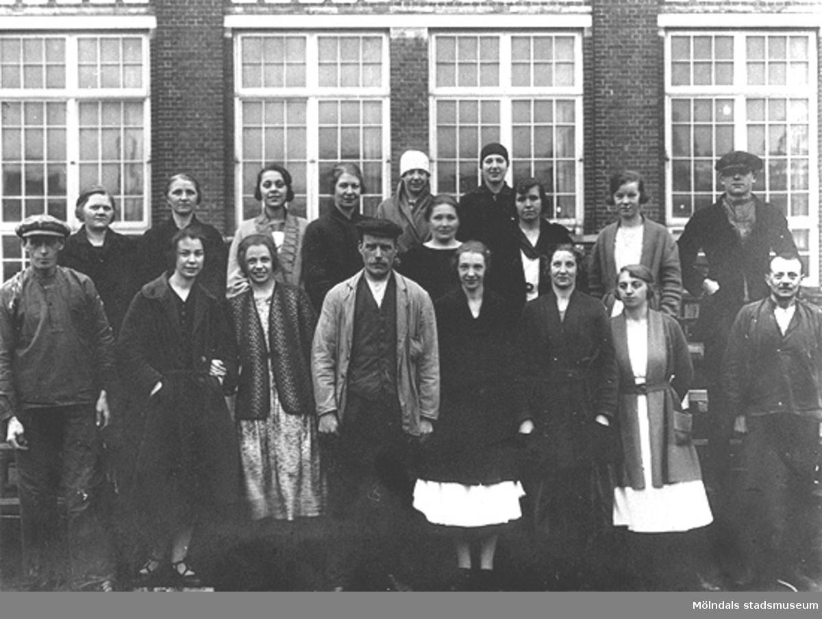 Spinneriarbetare utanför Krokslätts fabriker, omkring 1925. Denna grupp arbetade i spinneriet på tredje våningen.