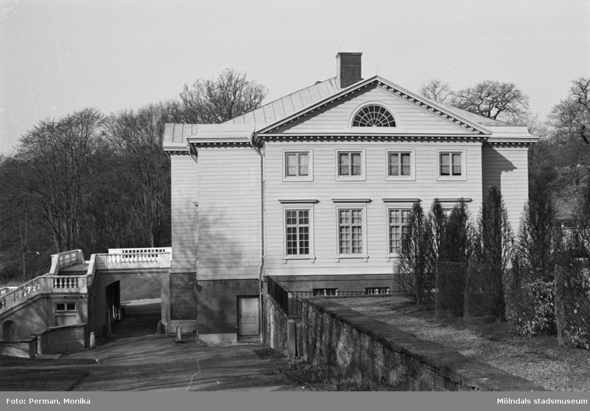 Varierande bilder som på olika avstånd visar norra och södra fasaderna samt del av parken våren 1992. Här visas slottets ena kortsida.