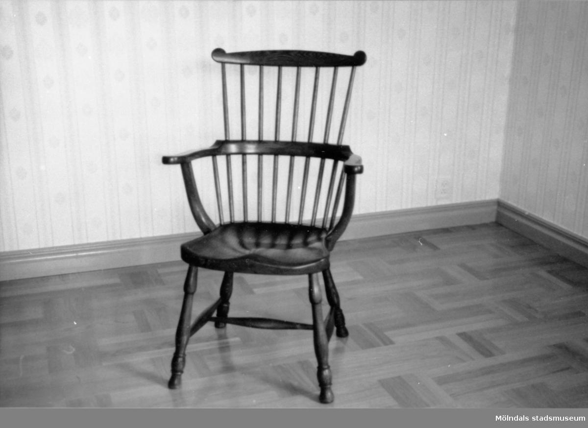 """Stol helt i trä med hög """"pinnstolsrygg"""" och armstöd, s.k. Windsorstol i ek, 1900-tal. Tillverkad av Allan Thorsson, Rösera i Lindome."""