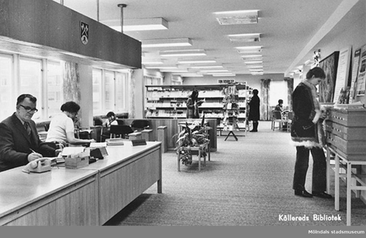 Vykort med interiör från Kållereds Bibliotek, 1960-tal. Bakom disken sitter Ivar Andersson och Mary Ekman, kontorist och sagoberätterska på biblioteket.