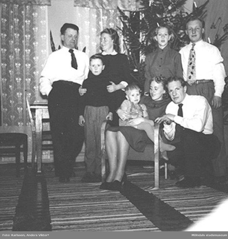 Juldagen 1953 hos mormor. Stående från vänster: Helmer och Astrid Garthman, med sonen Leif framför sig, Ingrid Karlsson samt okänd. Sittande i fåtöljen: Birgit Karlsson med (givaren) Alf Garthman i knät, hukande på knä: Rune Andersson,