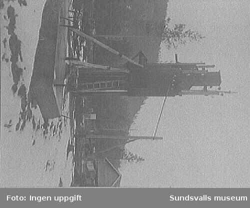 Västernorrlands äldsta landsbygdstransformatorstation i Qvitsle (Kvissleby i Njurunda), uppförd år 1899, riven i november 1926. Fotografi från oktober 1926.