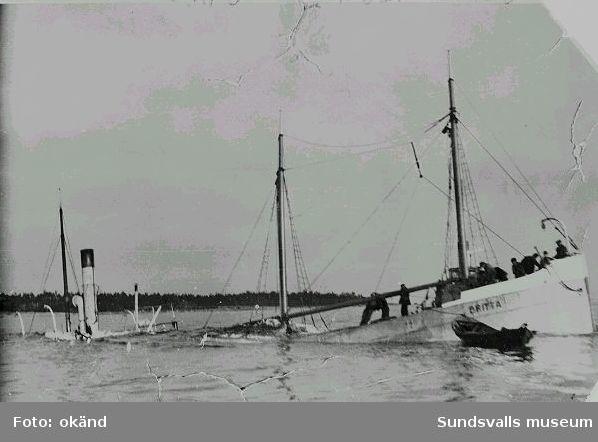 """Lastfartyget """"Britta"""", lastad med styckegods, bl.a. porslin från Gustafsberg, förliser i Bremösundet, 1936. """"Britta"""" bärgades aldrig."""
