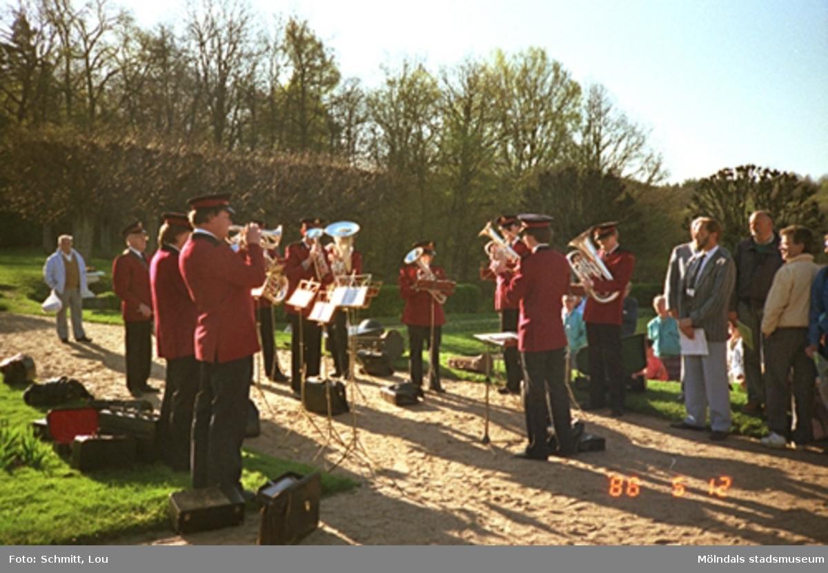Frälsningsarméns blåsorkester (soldater) spelar inför publik, utomhus vid Gunnebo slott.