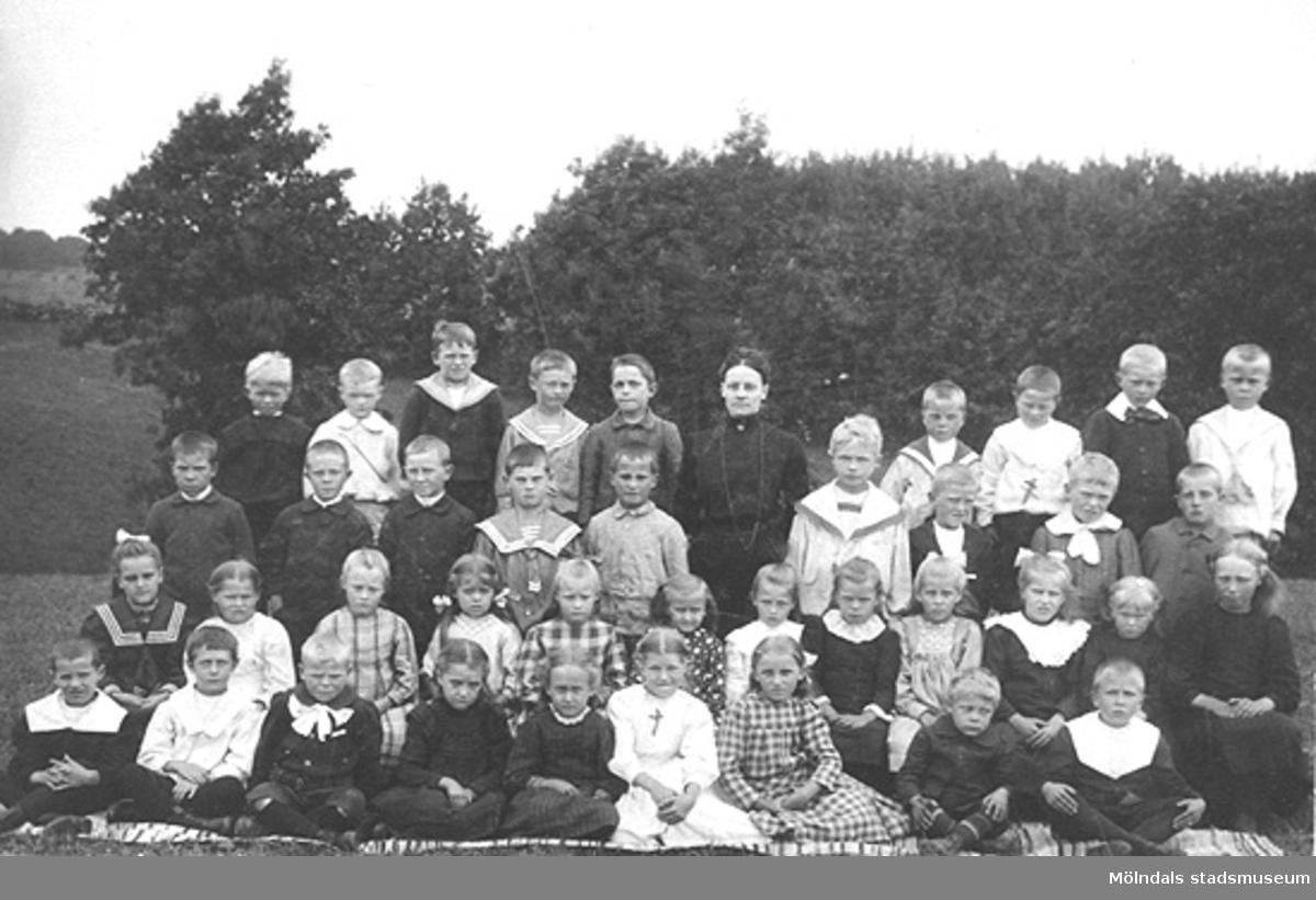 Ett av barnen är Karin Hasselberg, 1910-tal. Hon började arbeta på Stretereds skolhem 1924 och slutade på 1960-talet.