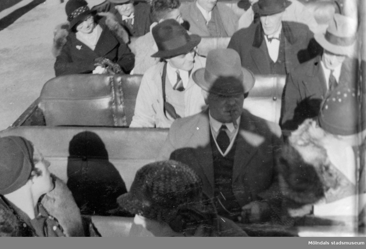 "Engelska arkitekter åkandes omnibuss. De var på besök i Göteborg år 1932. Mr Henry Dowling, ordförande i ""Incorporated Institute of British Decorators"", tog initiativet till resan."