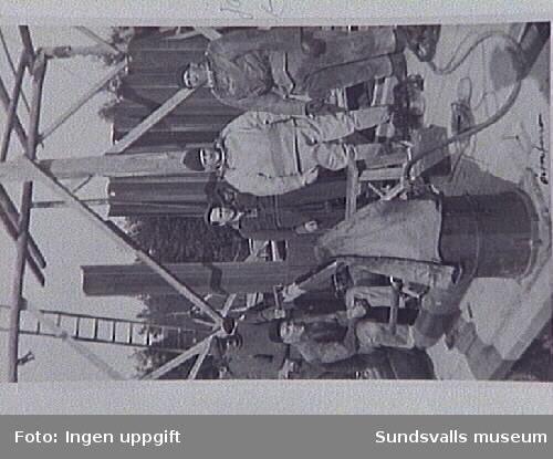 Dykarlag i Österforse vid Faxälven, Långsele. Stålsponten i bakgrunden användes vid byggen av kraftverksdammar och som förstärkning vid invallningar.