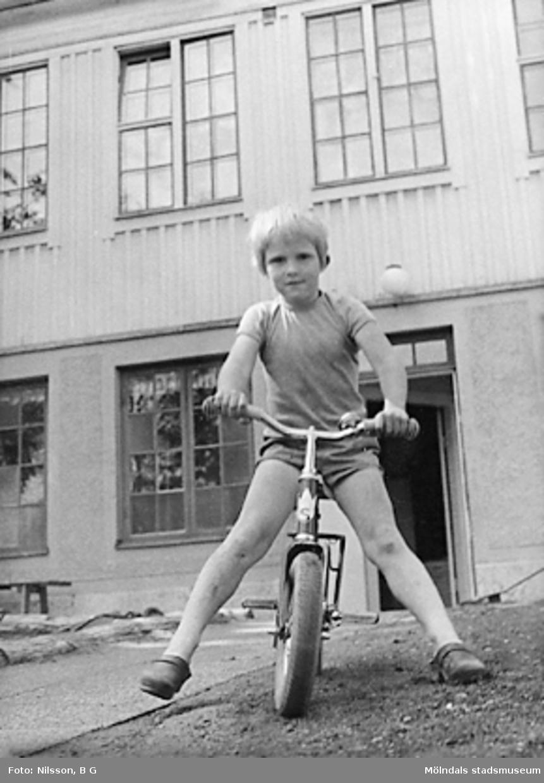 En pojke på cykel framför huset. Holtermanska daghemmet juni 1973.