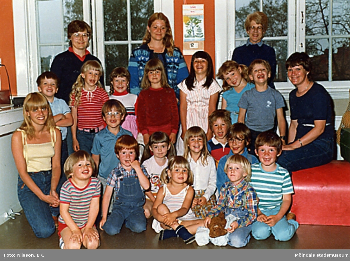 En grupp barn och fem fröknar vid Holtermanska daghemmet.