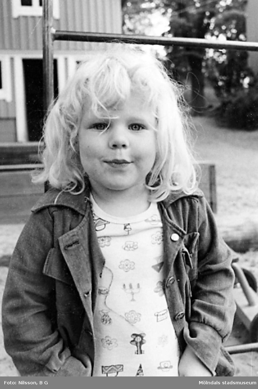 En flicka utanför Holtermanska daghemmet 1973.