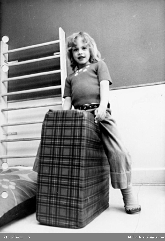 En flicka som leker. Holtermanska daghemmet maj 1975.
