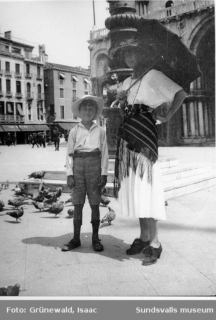 Iván Grünewald (f. 1911) och modern Sigrid Hjertén på Markusplarsen i Venedig, Italien, 1920-talets början.