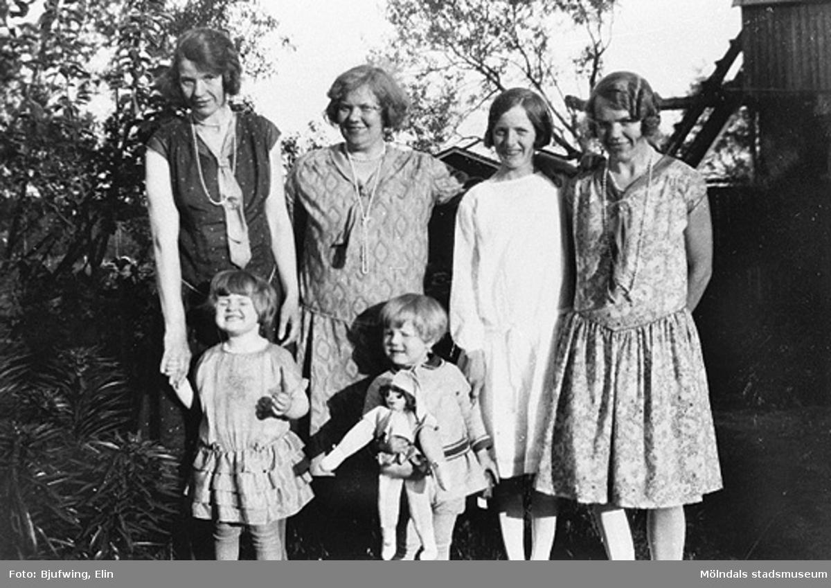 Elin Andersson med syskon och syskonbarn på 29-årskalas. Från vänster: Helga (Andersson) Esbjörnsson med dottern Gun, Gertrud (Andersson) Larsson med sonen Ingemar, Aina Rundberg och Elin Andersson (gift Bjufwing).