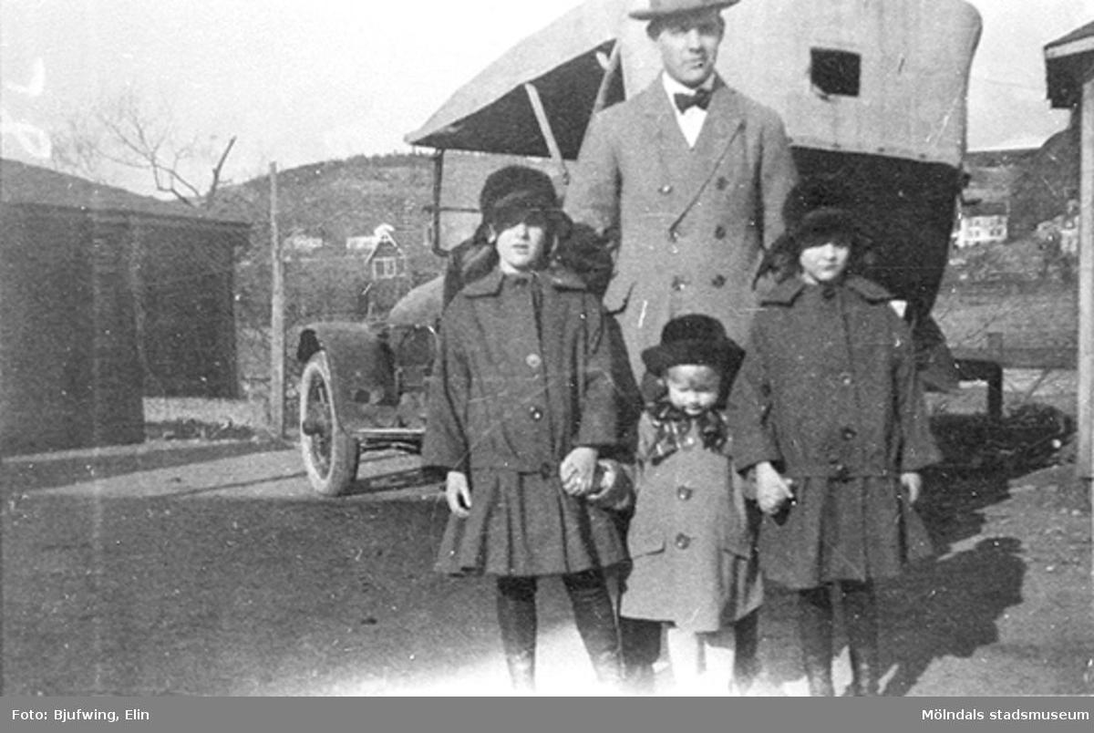 Oskar Andersson med barn och syskonbarn. Från vänster: Aina Rundberg, sonen Lars Andersson och Sonja Rundberg. Bakom dem står Oskars bil. Till vänster ses Fagerbergs koksupplag och längre bort skymtar norra Trädgården. Omkring 1925.