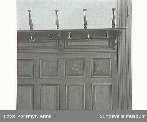 """Plan 2 tr. nuv. advokatkontoret. Fd ark.Hermanssons Igh.Bild 06-09 Dörr med utsmyckning, utsidan,översta """"speglarnas"""" motiv."""