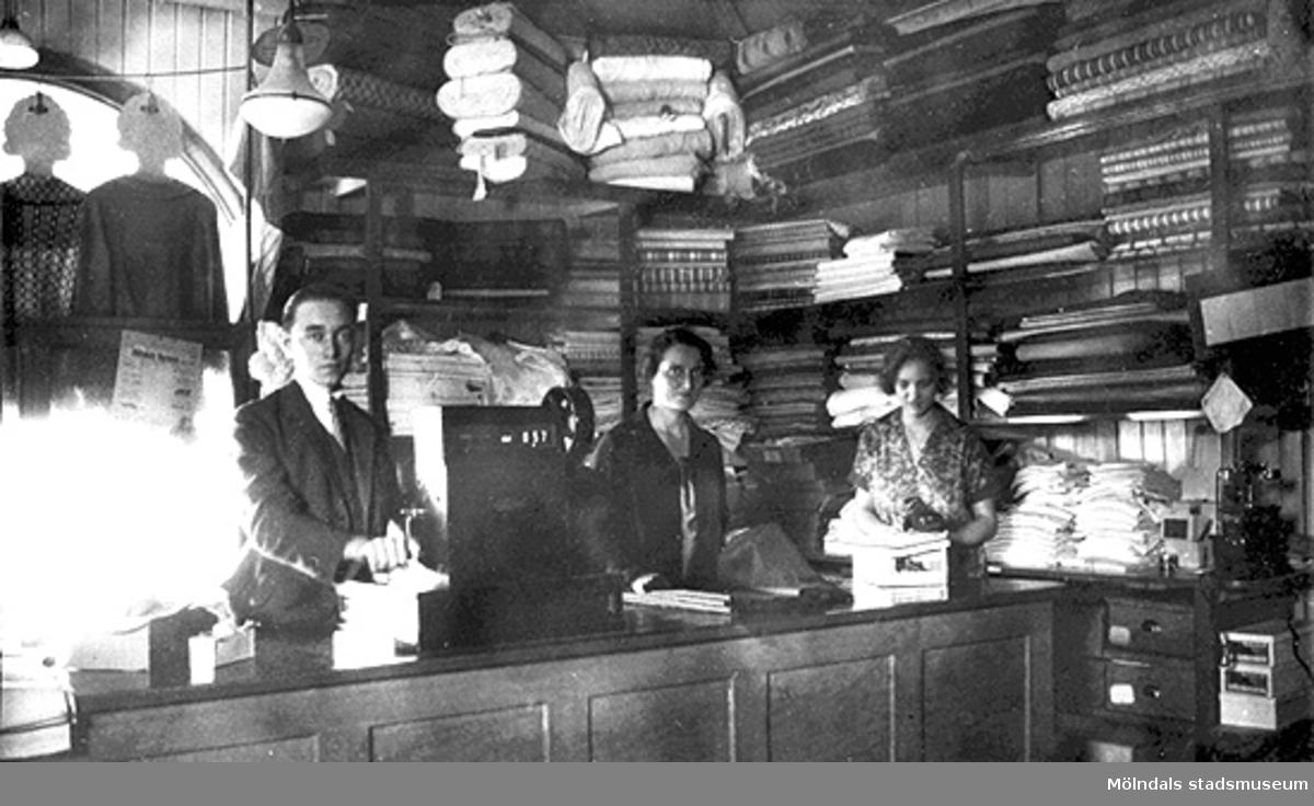 """På kortets baksida finns en lapp påtejpad med texten: """"Fru Elsie Hansson, Axgatan 105, Veras personal, 1924""""."""