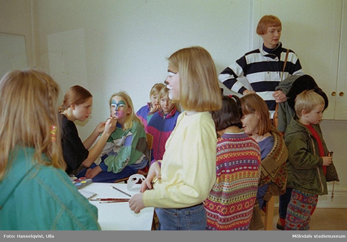 """Familjesöndag på Mölndals museum under utställningen """"Krinoliner och kortkort"""". Barn blev fantasifullt sminkade och tillverkade egna masker."""
