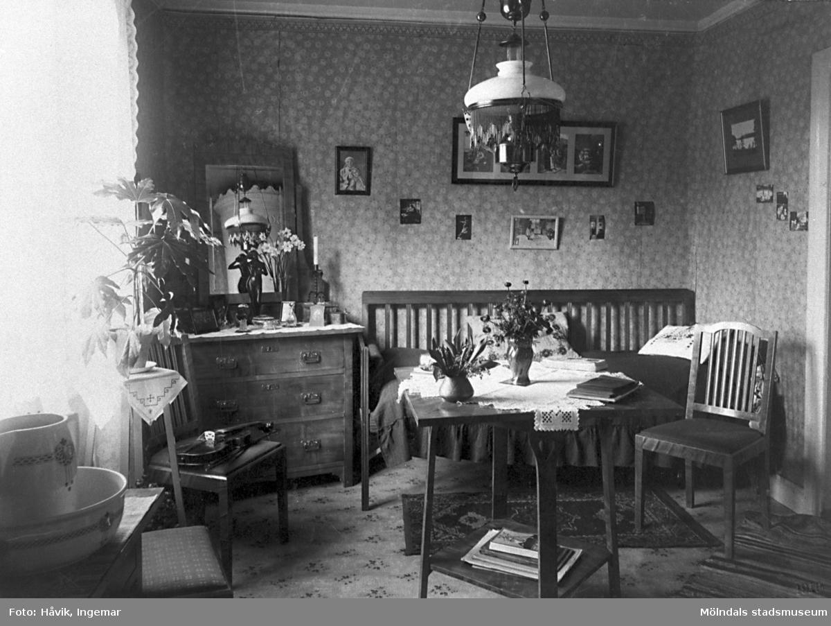 Nyutexaminerade lärarinnan Elna Helander kom till Eskilsbyskolan 1914 och arbetade där i 4 år innan hon återvände till Göteborg. Elna Helander var mor till gåvolämnaren Ingemar Håvik.