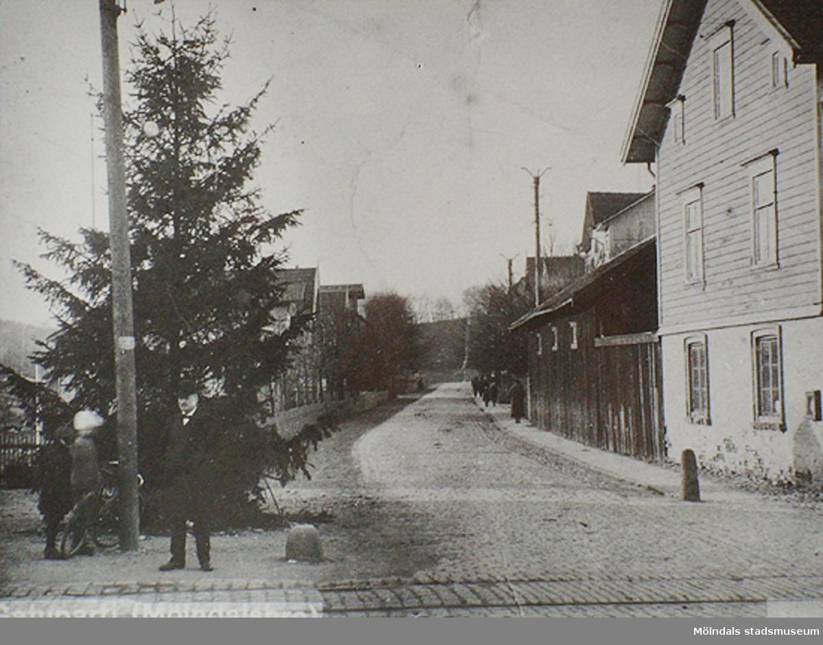Gata med julgran.I förgrunden ses spårvagnsspår och i bakgrunden Göteborgsvägen.