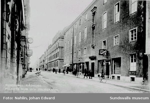 Folkets Hus-byggnaden, kv. Juno 1 och 3, Kyrkogatan 7/ Rådhusgatan 8, invigdes 1929. Byggnaden ritades av brandchefen Ebbe Crone. I Folkets Hus inrymdes mötessalar, lokaler för de fackliga organisationerna, ABF:s verksamhet samt det kooperativa nykterhetskaféet Kafé Framtiden.