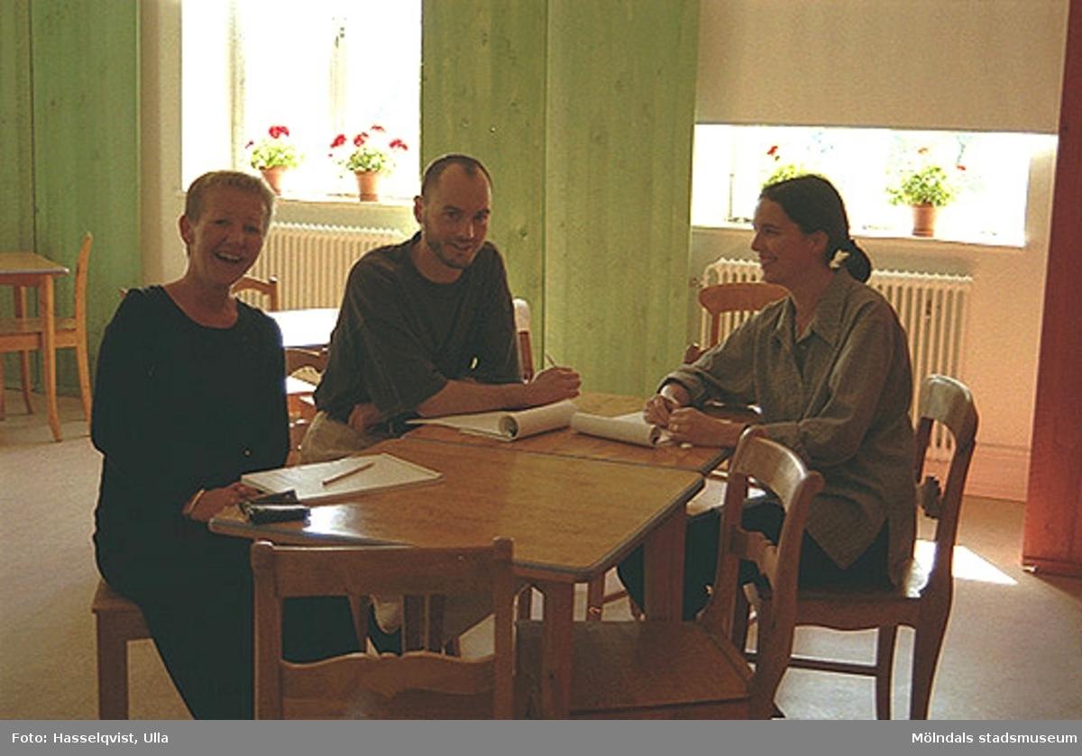 Pia Persson, Håkan Strömberg och Christina Hill sitter runt ett bord.