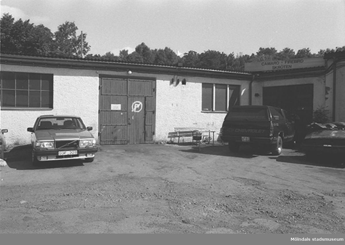 Garageinfart med bilar utanför. Hösten 1994.