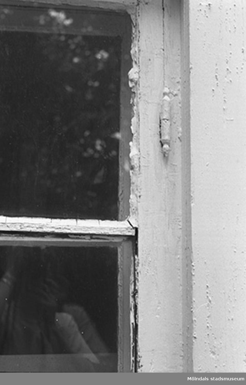 Röda huset, Grevedämmet, Kvarnfallet 31. Byggnadsdetaljer: Fönster. Relaterade motiv: 2002_1098 - 1109.