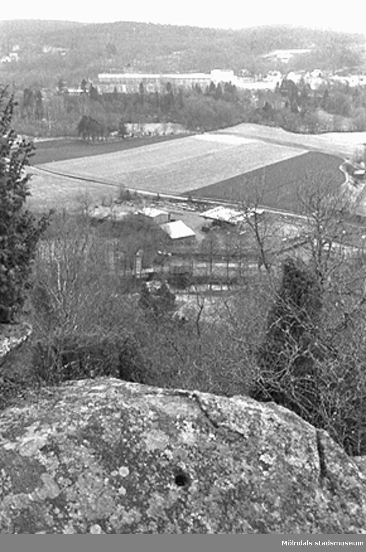 Utsikt över Hällesåker från Börsåsberget, mars 1993.