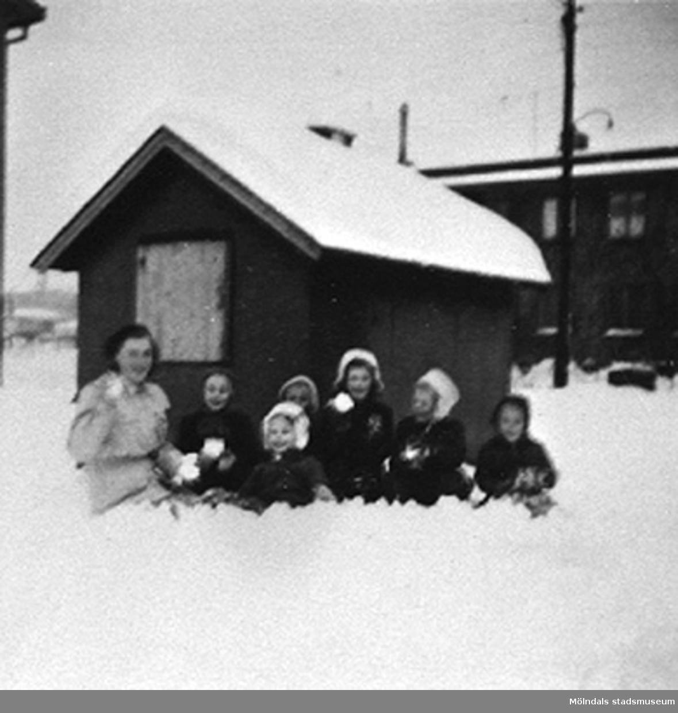 En lärare med barn på Krokslätts daghem, Dalhemsgatan 7 i Krokslätt 1948-1951.